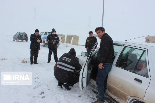 امدادرسانی مامورین پلیس  شمال  فارس به هم میهمان گرفتار در برف
